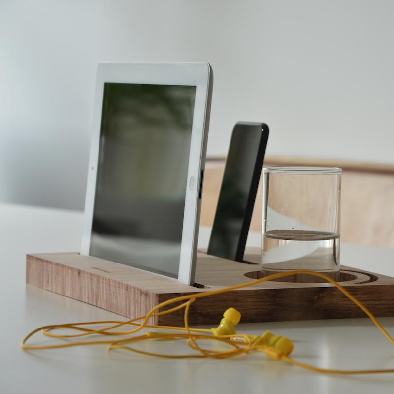 Erika d 39 elia design supporto per tablet e cellulari in legno di faggio erika d 39 elia design - Supporto per ipad da letto ...